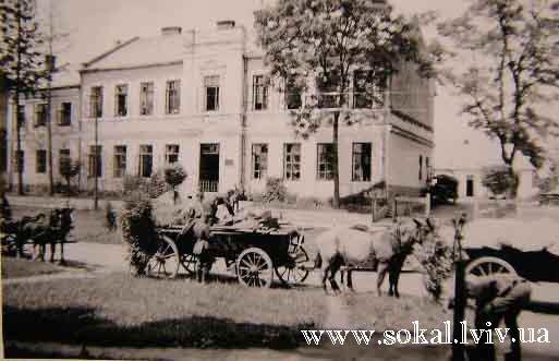 м.Сокаль, припускаємо, що це мала школа біля СШ №2, колись жіноча семикласова школа, тепер станція