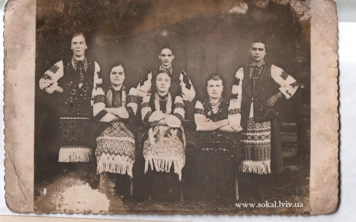 c.Боб`ятин, Молодь I-зліва - Михайлина Семенюк , зв`язкова УПА і медсестра ;II - Лукія Дещиця , зв`язкова УПА ; V - Марія Вікарчук , вчитель ; VI - Марія Гарасимчук , зв`язкова УПА .