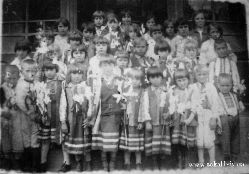 c.Тартаків, Захоронка при церкві1-й ряд: Чемерис Йосип (2-й справа), Робашевська (3-я справа). 2-й ряд: Грабова (4-а зліва). 3-й ряд: Рак Ганна (2-а зліва), Савчук Анастасія (4-а справа), Ворона Софія (5-а зліва), Чесак Марія (7-а зліва), Савчук Ганна (3-я справа), Лах Ярослава (2-а спр
