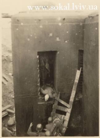 м.Сокаль, Дзот, що біля Липової алеїнімці виносять вбитих радянських солдат
