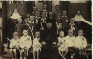 Перше причастя у селі Поториця( приблизно 1933-1935рр.)Перший з лівого боку у першому ряду- Дінтер Ярослав