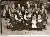 В центрі-Анна Бриль (Башук). Зліва-невістка Ксеня з дітьми Тадеєм та Наталею. Справа-донька Марія Гарасимків з доньками Олею та Ганною. Стоять(справа наліво): донька Ольга, син Михайло Башук, син Павло Бриль, донька Катерина,зять Гарасимків Іван,син Іван