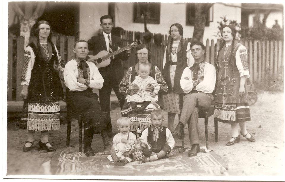 c.Себечів, Фото того ж 1928 року. Родина Башуків біля своєї хати, яка згоріла під час облави у 1946. Другий зліва (з гітарою) Петро Башук. В майбутньому - політвязень польських і німецьких таборів, активний діяч ОУН, помер 1995 року в Канаді. Третя зліва - Катерина. У майбутньому - дружина шефа штабу