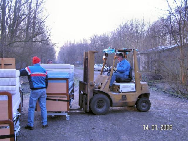 м.Сокаль, Гуманітарна допомога з Голандіївантаженя на машину ліжок для лікарні м.Сокаль