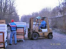Гуманітарна допомога з Голандіївантаженя на машину ліжок для лікарні м.Сокаль