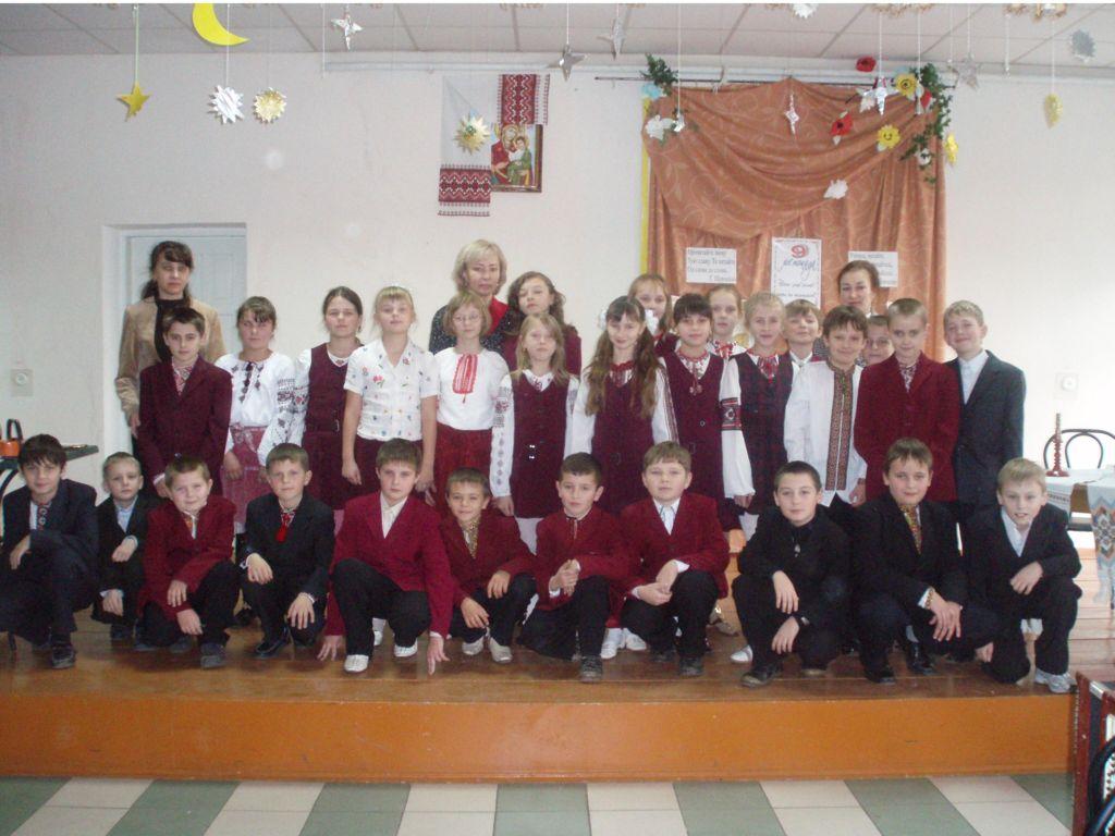 освітаА от і спільне фото на пам`ять із учителями про незабутнє свято рідної мови.