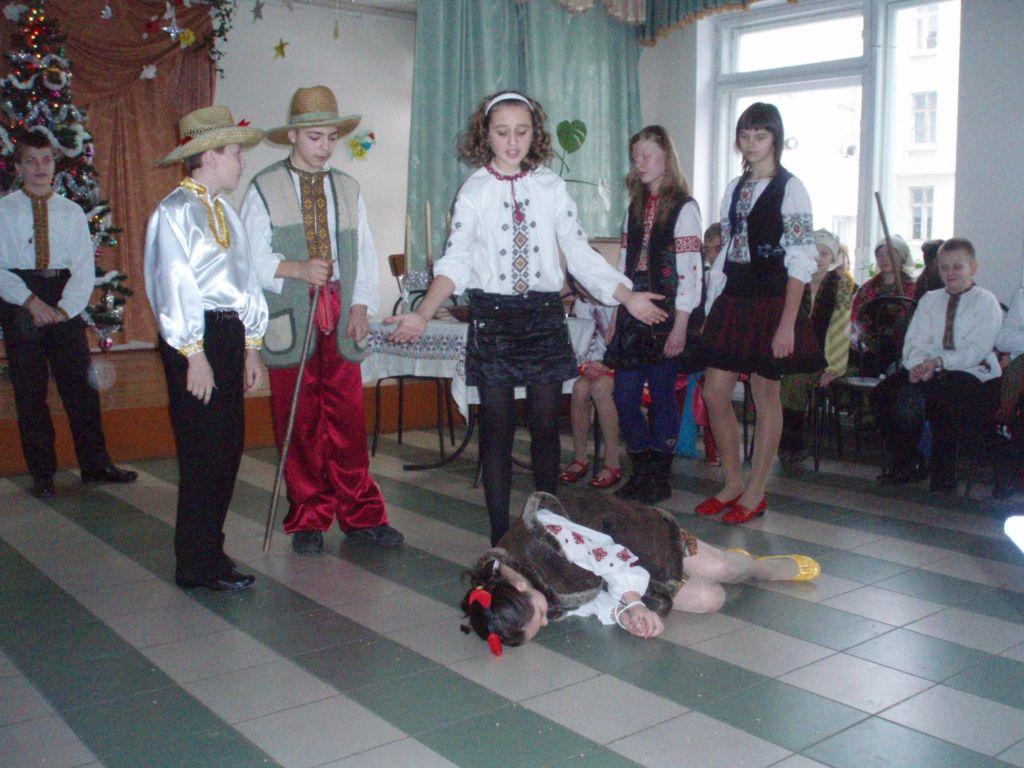 освітаПід час святкувань і коза була,і вередувала(у ролі кози С.Іванець)
