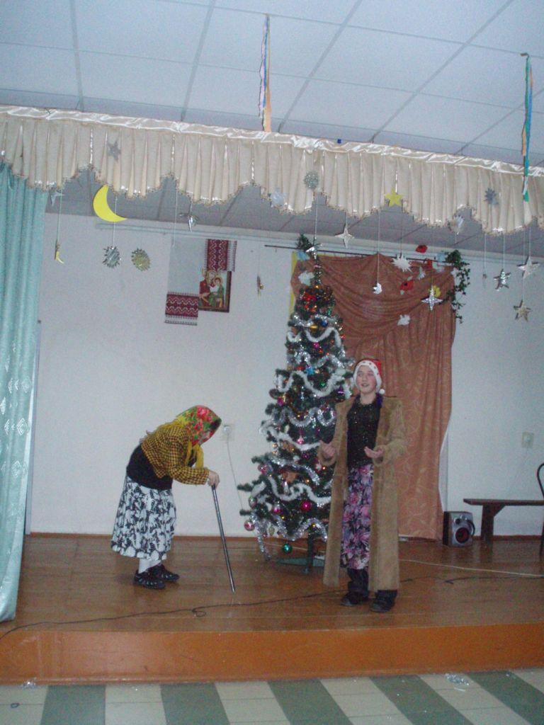 освітаІ у старшокласників весело було. Це 5-А клас святкує Новорічне свято.