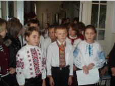 освітаДо Дня української писемності учні 3-Б класу разом із своїм класним керівником Г.І.Кулинич підготували урочисту лінійку
