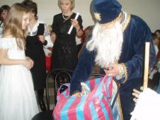 У ролі Миколая - тато С.Турко. Усім подаруночки приніс…