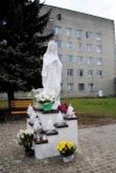 Фігура Матері Божої знайшла притулок і прихисток на подвір`ї Сокальської поліклініки та Сокальської центральної лікарні.